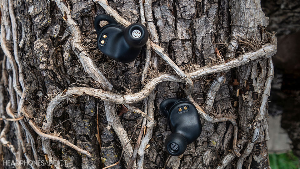 Soundcore Liberty Neo uses magnets to lock the earbuds in place